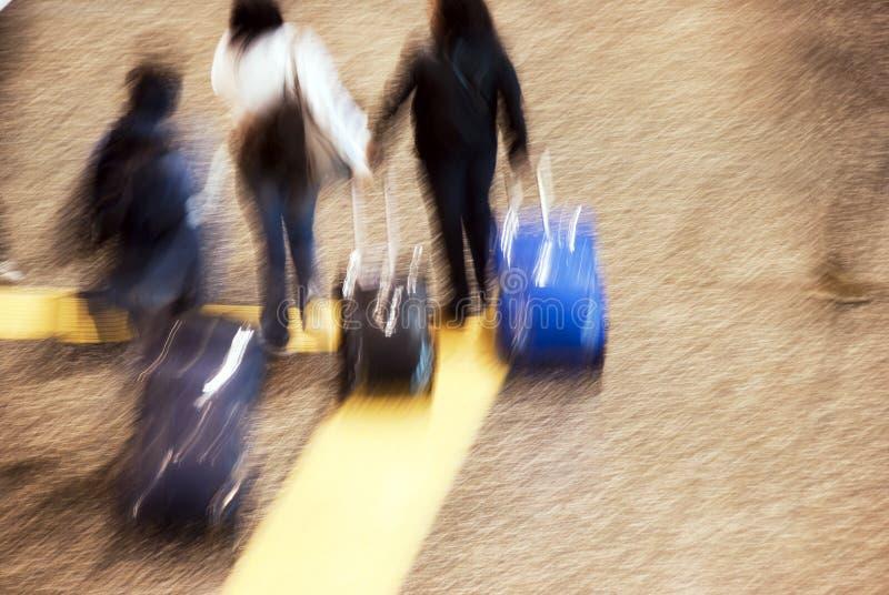 Turistas do aeroporto no movimento foto de stock royalty free