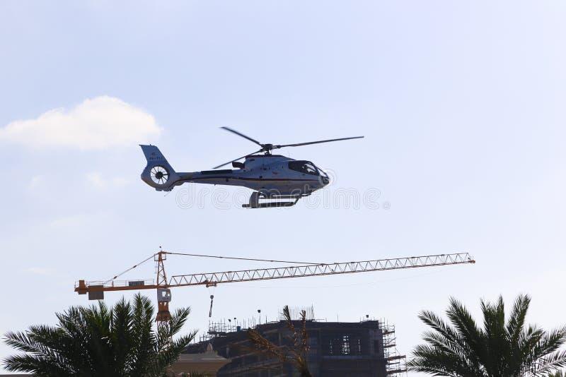 Turistas do helicóptero na ilha de palma - Dubai imagem de stock royalty free