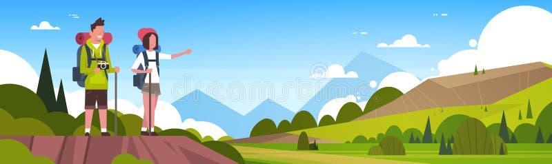 Turistas do homem e da mulher com as trouxas sobre os pares bonitos do fundo da paisagem da natureza que caminham a bandeira hori ilustração royalty free