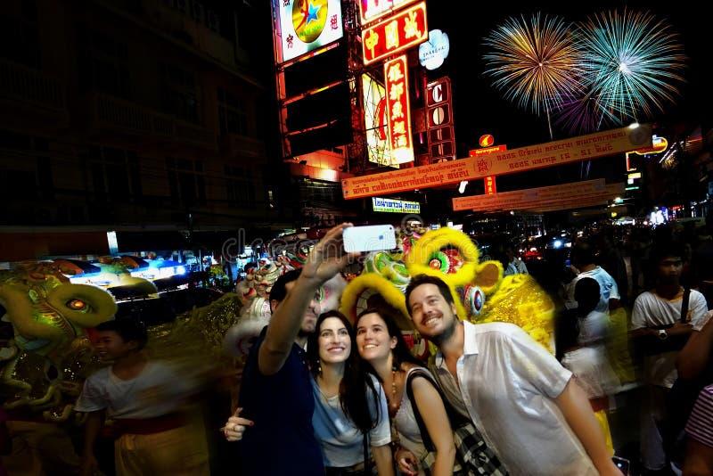 Turistas, dois pares Disparando-se em no festival chinês, Tha imagem de stock