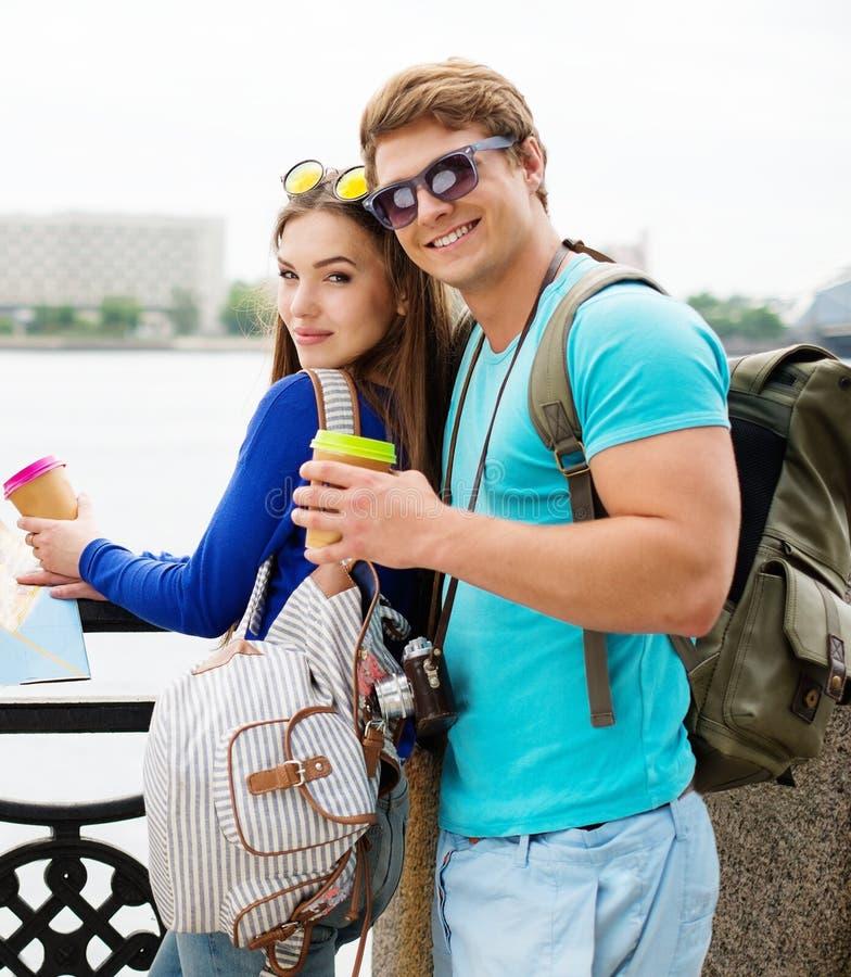 Turistas dos pares em uma cidade imagem de stock royalty free