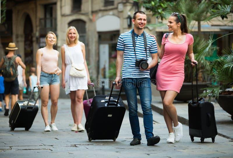 Turistas dos pares que tomam a caminhada imagem de stock