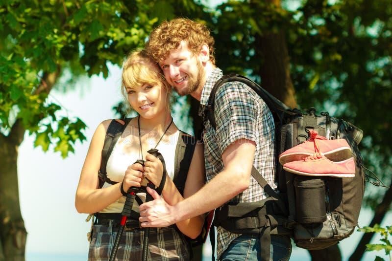 Turistas dos povos que caminham backpacking exterior imagens de stock royalty free