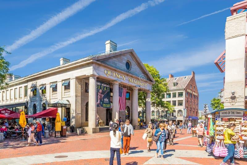 Turistas e cabines em Quincy Market foto de stock royalty free