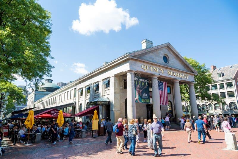Turistas e cabines no ` s Quincy Market de Boston foto de stock royalty free