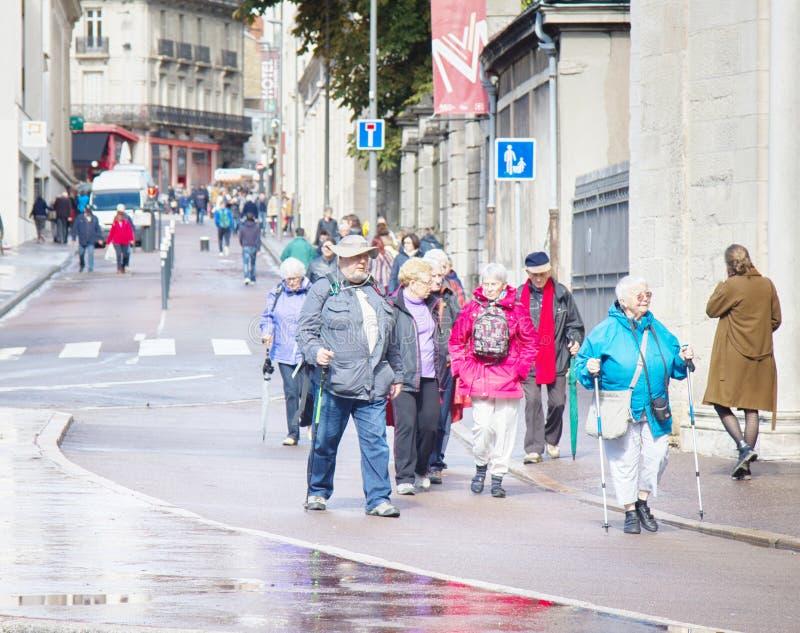 Turistas e cidadãos de Dijon nas ruas imagem de stock royalty free