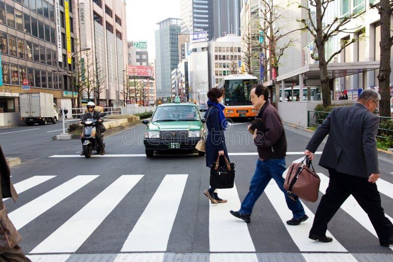 Turistas e executivos que cruzam a rua em Shinjuku fotos de stock