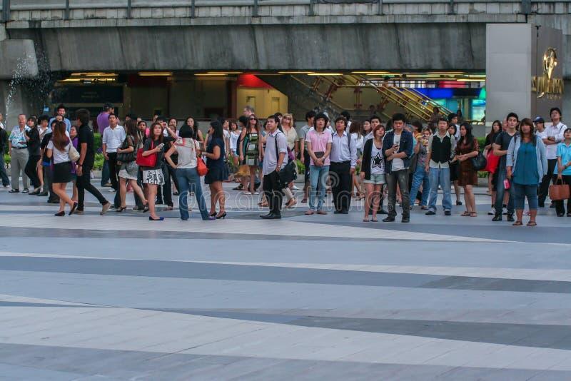 turistas e locals que olham a transmissão em direto na tela na rua do casamento do príncipe William e Kate Middleton imagens de stock