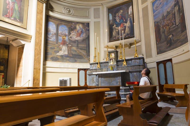 Turistas e povos locais na massa de domingo na igreja de Saint Ferdinand fotografia de stock royalty free