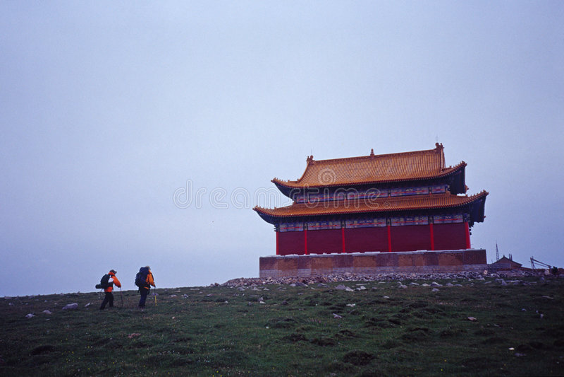 Turistas e templo imagens de stock royalty free