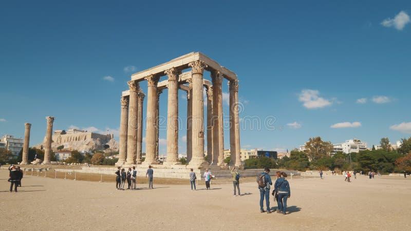 Turistas e templo do olímpico Zeus, Atenas, Grécia fotografia de stock royalty free