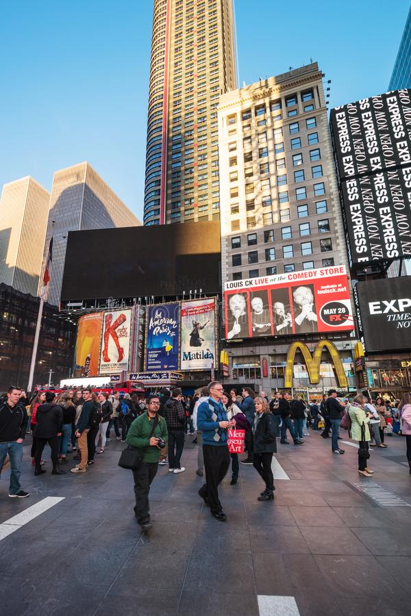 Turistas em Broadway no Times Square NYC fotografia de stock royalty free
