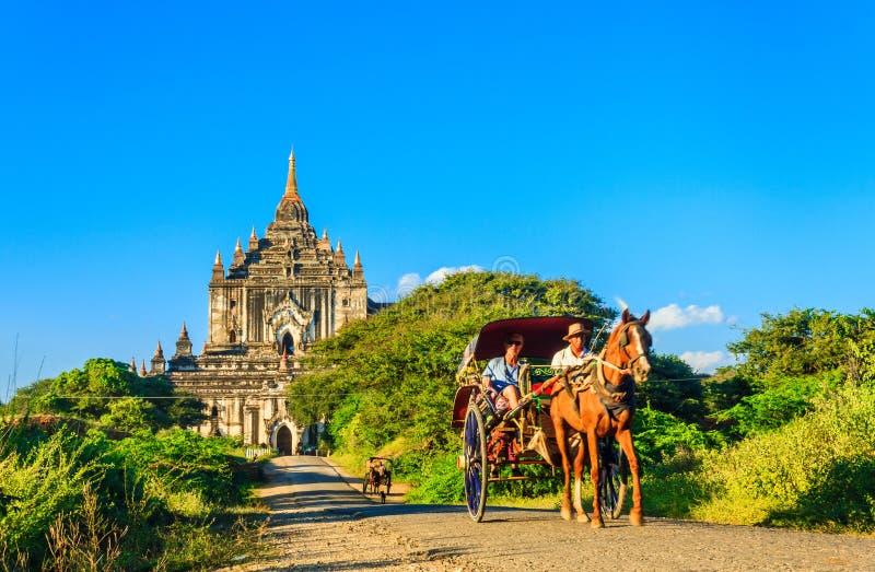 Turistas em carros do cavalo e em pagode, Myanmar fotos de stock