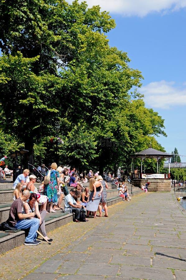 Turistas em etapas do riverbank, Chester imagem de stock