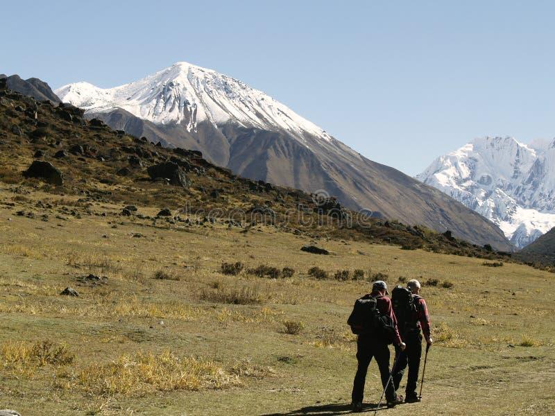 Turistas em Langtang que Trekking imagem de stock royalty free
