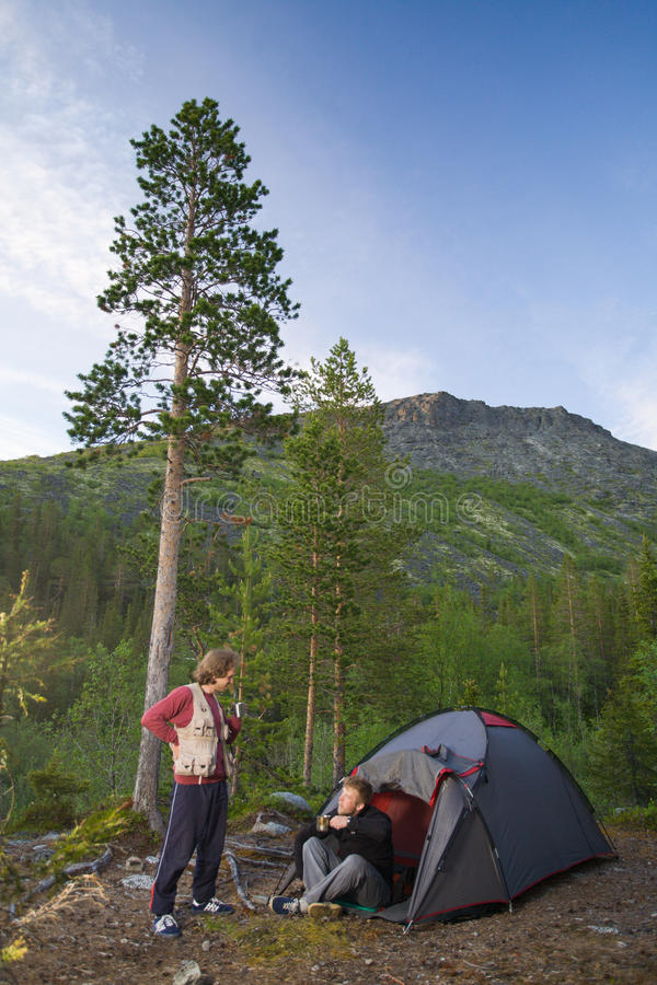 Turistas em montanhas foto de stock royalty free