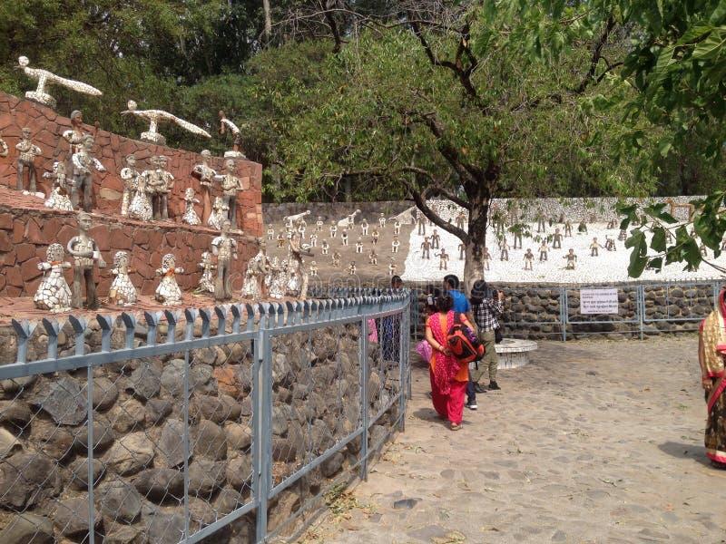 Turistas em Nek Chand Rock Garden, Chandigarh, Índia imagem de stock royalty free
