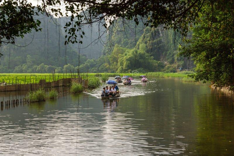Turistas em Ngo Dong River em Trang um patrimônio mundial do UNESCO imagens de stock