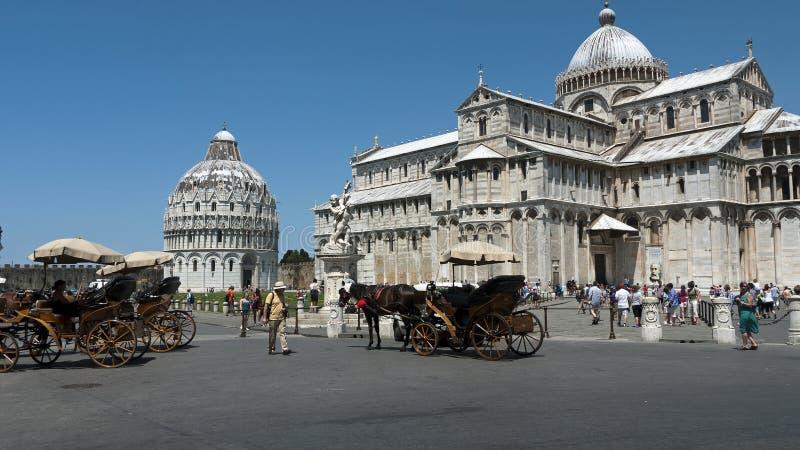Turistas em Pisa, Italy com os carros desenhados cavalo imagens de stock royalty free