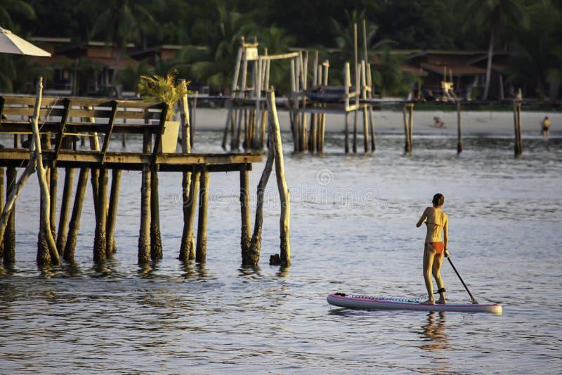 Turistas em placas de ressaca na ponte de madeira do fundo do mar em Koh Kood, Trat em Tailândia foto de stock royalty free