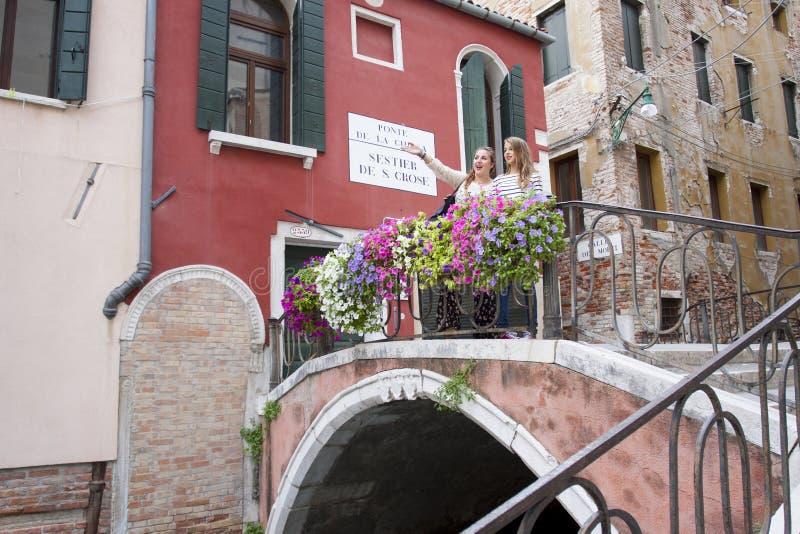 Turistas em Ponte de la Chiesa, Veneza, Itália fotografia de stock royalty free