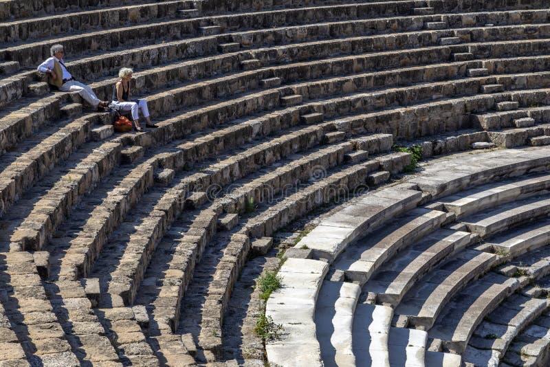 Turistas em Roman Amphitheater dos salames - turcos Chipre imagem de stock royalty free