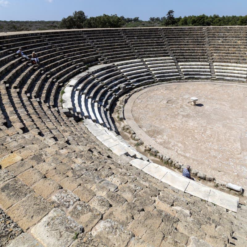 Turistas em Roman Amphitheater dos salames - turcos Chipre foto de stock