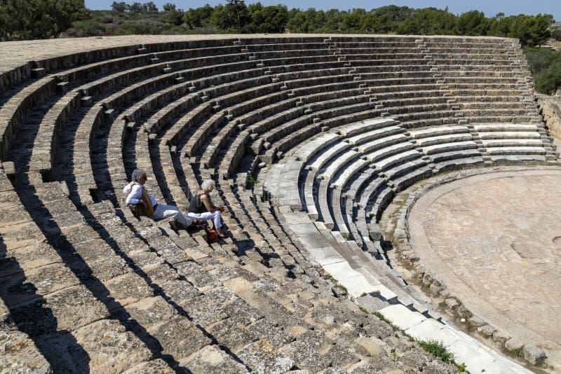 Turistas em Roman Amphitheater dos salames - turcos Chipre imagens de stock royalty free