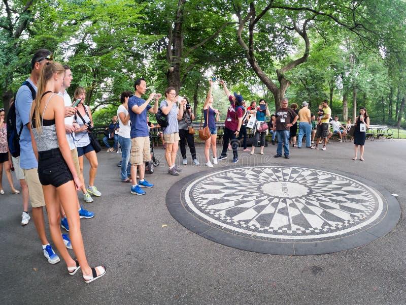 Turistas em Strawberry Fields no Central Park em New York imagem de stock