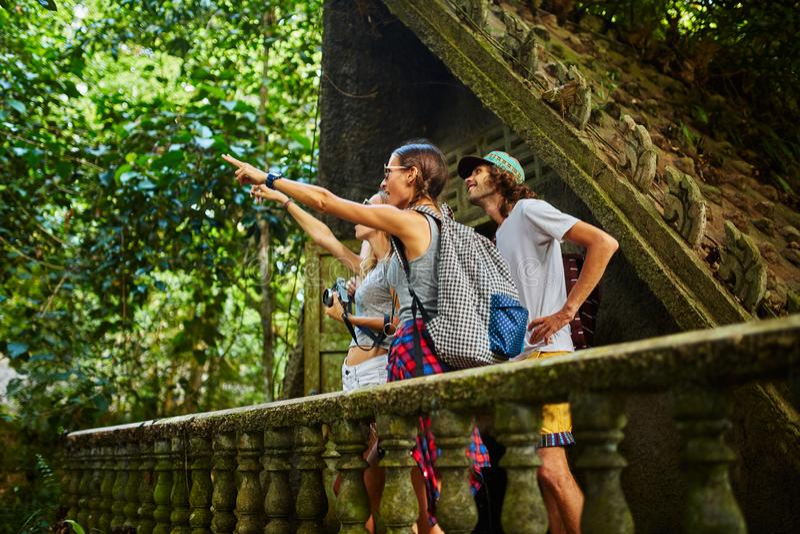 Turistas em Tailândia sobre ruínas antigas da selva fotografia de stock royalty free