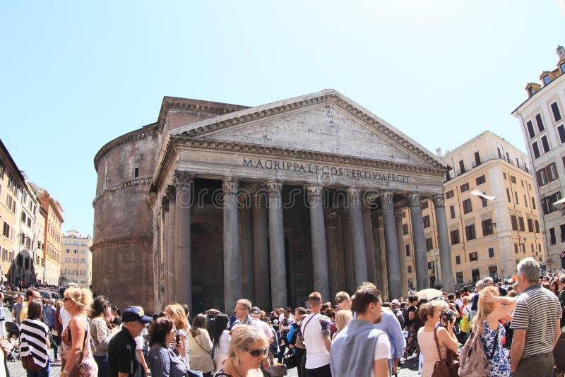 Turistas em torno do panteão foto de stock