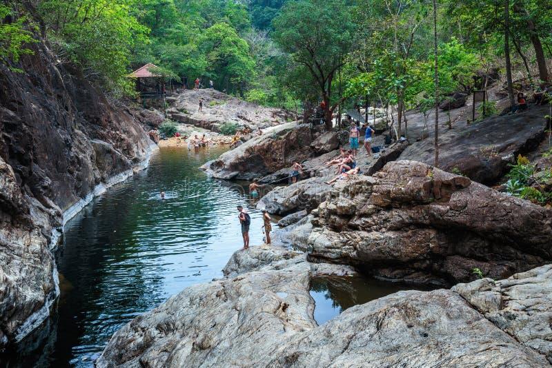 Turistas em um lago da montanha na ilha de Koh Chang em Thaila foto de stock