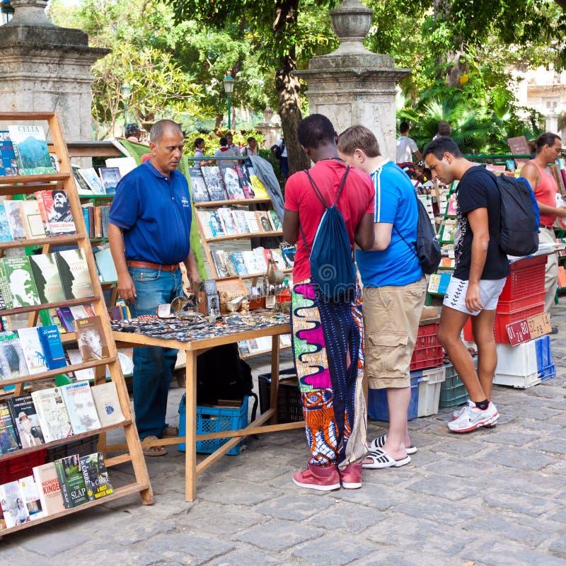 Turistas em um mercado de rua de Havana imagens de stock