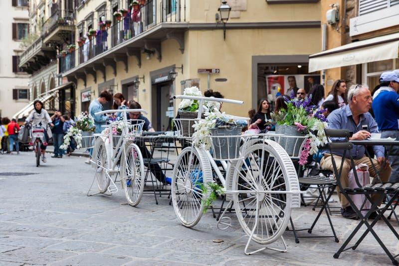 Turistas em um restaurante bonito em Praça del Domo em Florença foto de stock royalty free