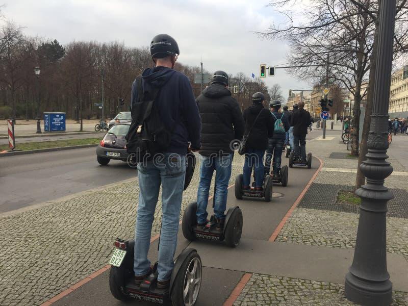 Turistas em uma excursão segway em Berlim, Alemanha imagem de stock royalty free