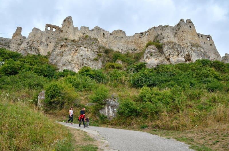 Turistas en castillo de las ruinas foto de archivo libre de regalías