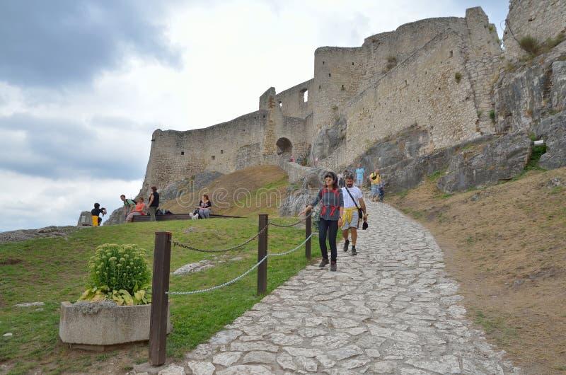 Turistas en castillo de las ruinas imagen de archivo libre de regalías