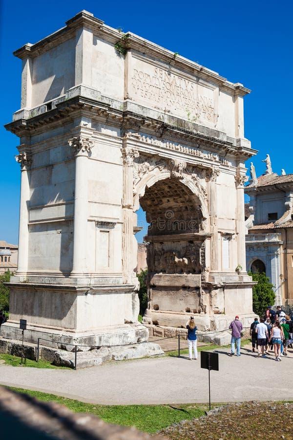 Turistas en el arco de Constantina un arco triunfal en Roma, situado entre el Colosseum y foto de archivo