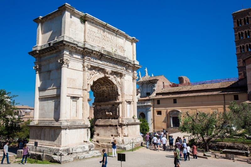 Turistas en el arco de Constantina un arco triunfal en Roma, situado entre el Colosseum y fotos de archivo