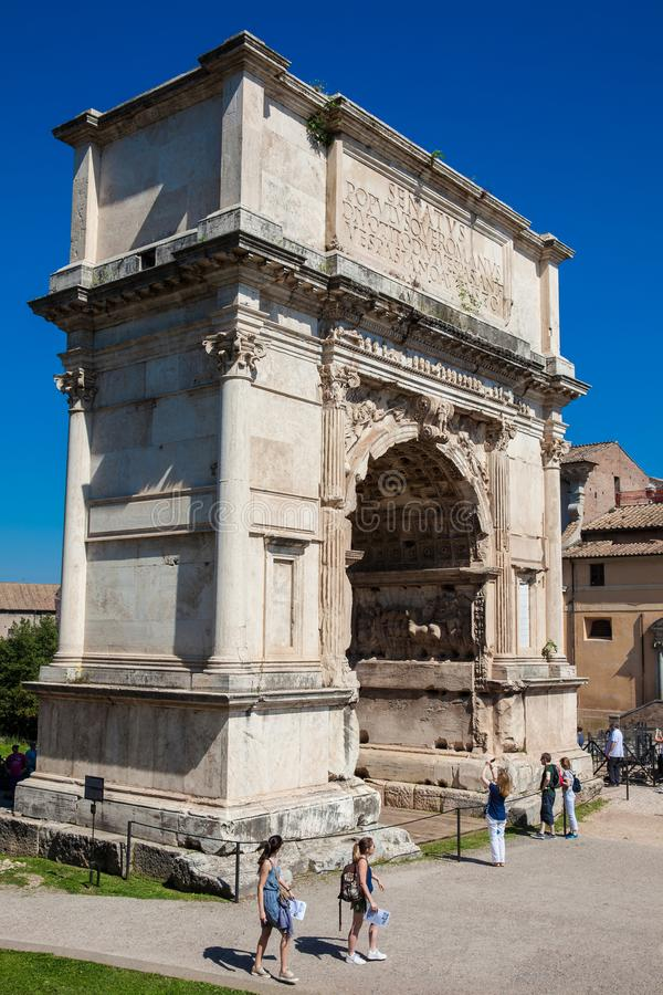 Turistas en el arco de Constantina un arco triunfal en Roma, situado entre el Colosseum y imágenes de archivo libres de regalías