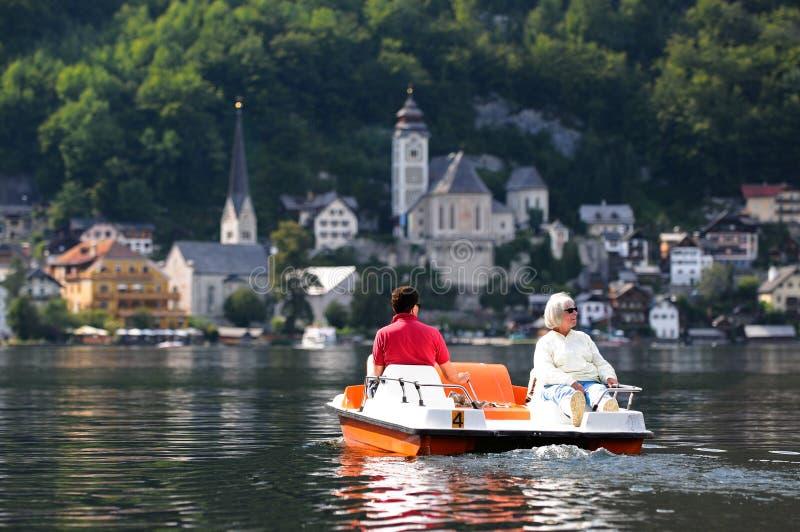 Turistas en el barco en Hallstatt, Austria del pedal imagenes de archivo