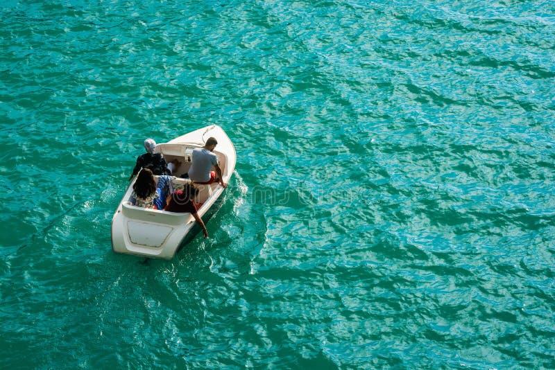 Turistas en el barco en el lago azul Sainte Croix en Francia imagen de archivo