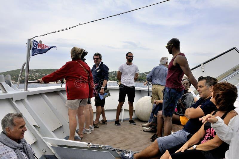 Turistas en el barco a lo largo de las calas de Marsella foto de archivo libre de regalías
