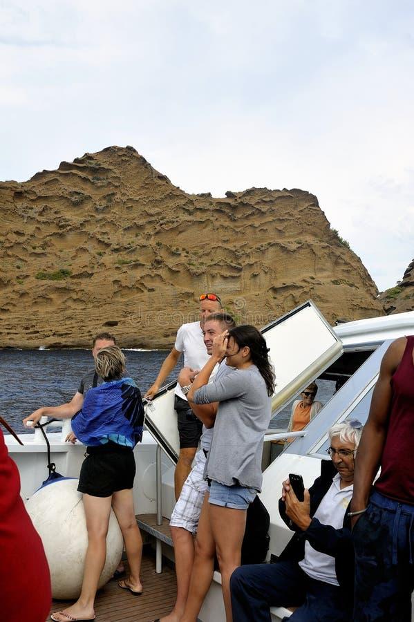 Turistas en el barco a lo largo de las calas de Marsella fotografía de archivo