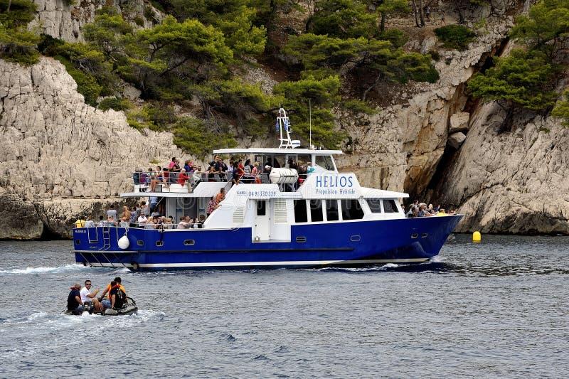 Turistas en el barco a lo largo de las calas de Marsella fotos de archivo