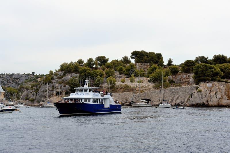 Turistas en el barco a lo largo de las calas de Marsella imágenes de archivo libres de regalías