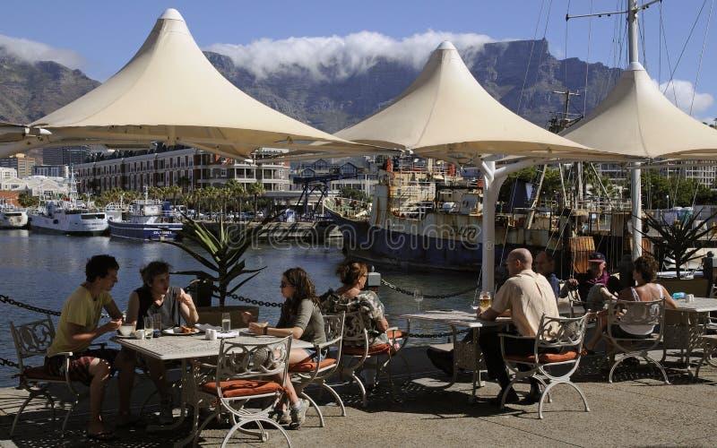 Turistas en el café Cape Town del harborside imagenes de archivo