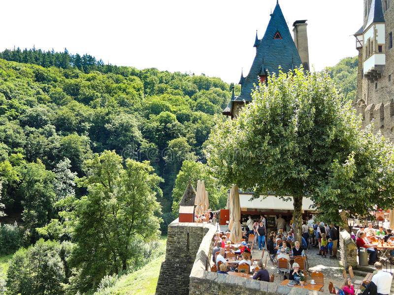 Turistas en el castillo Eltz sobre el río de Mosela, Alemania imagen de archivo libre de regalías