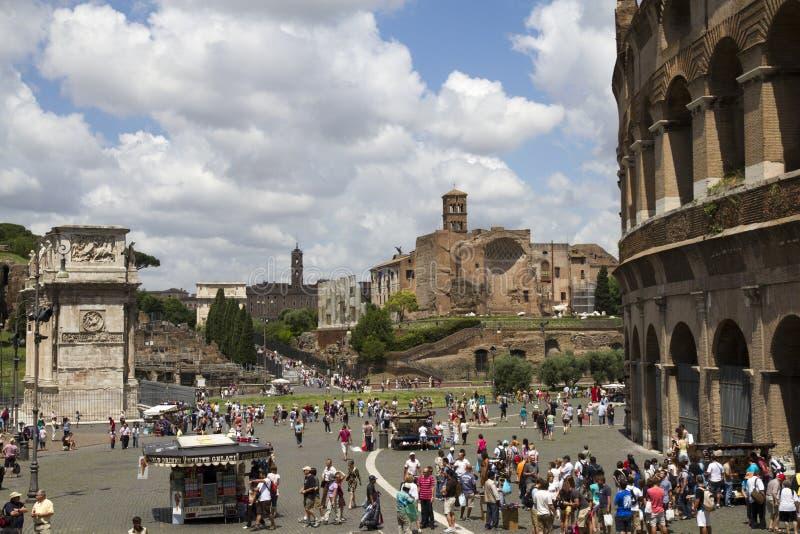 Turistas en el corazón de Roma, Italia foto de archivo libre de regalías