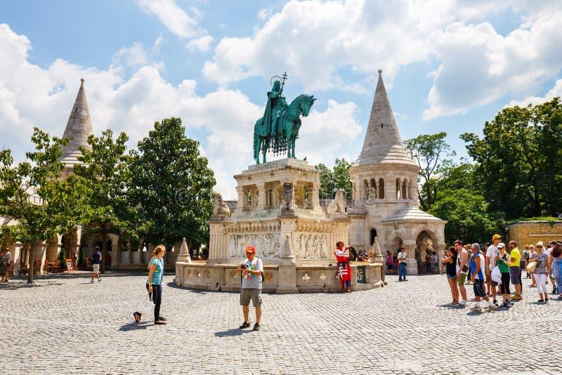 Turistas en el cuadrado de la trinidad cerca del bastión del ` s del pescador en Budapest, Hungría imágenes de archivo libres de regalías